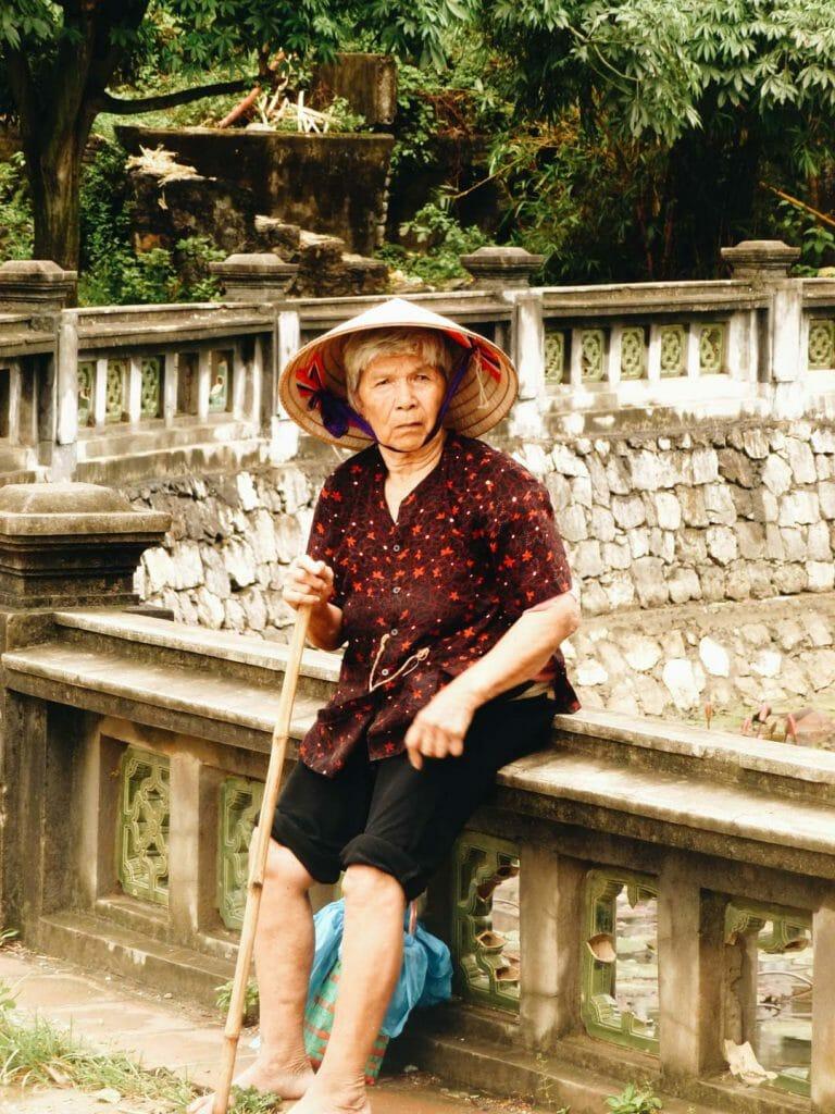 femme au temple Ding Tiên