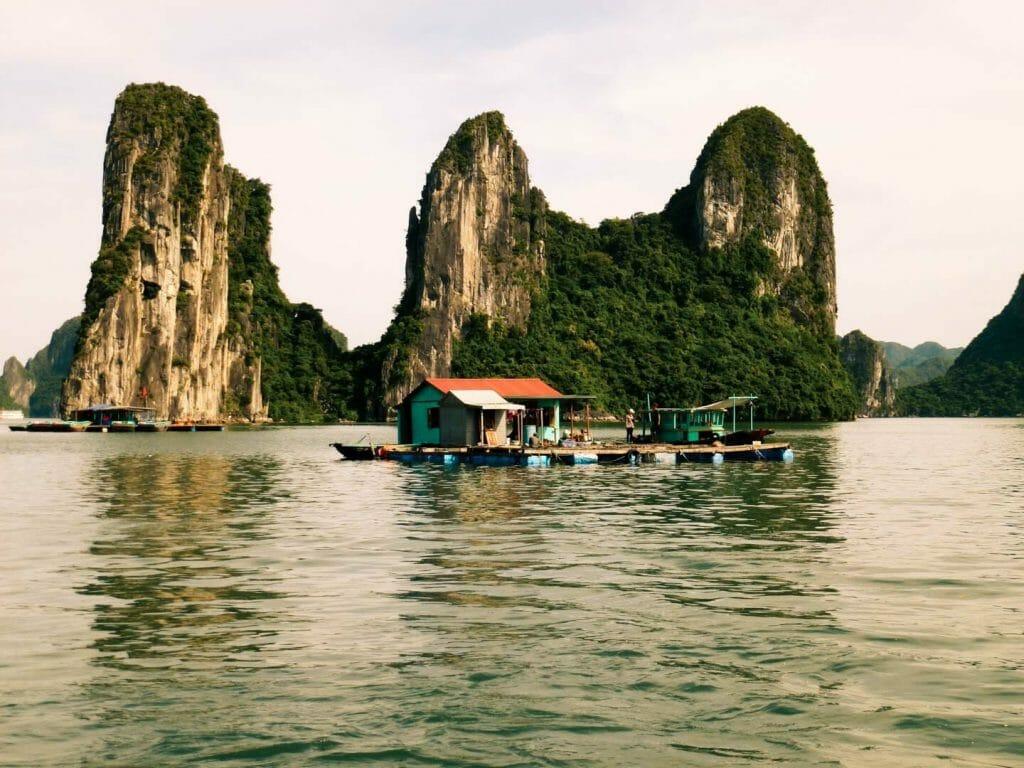 îles karstiques village flottant halong