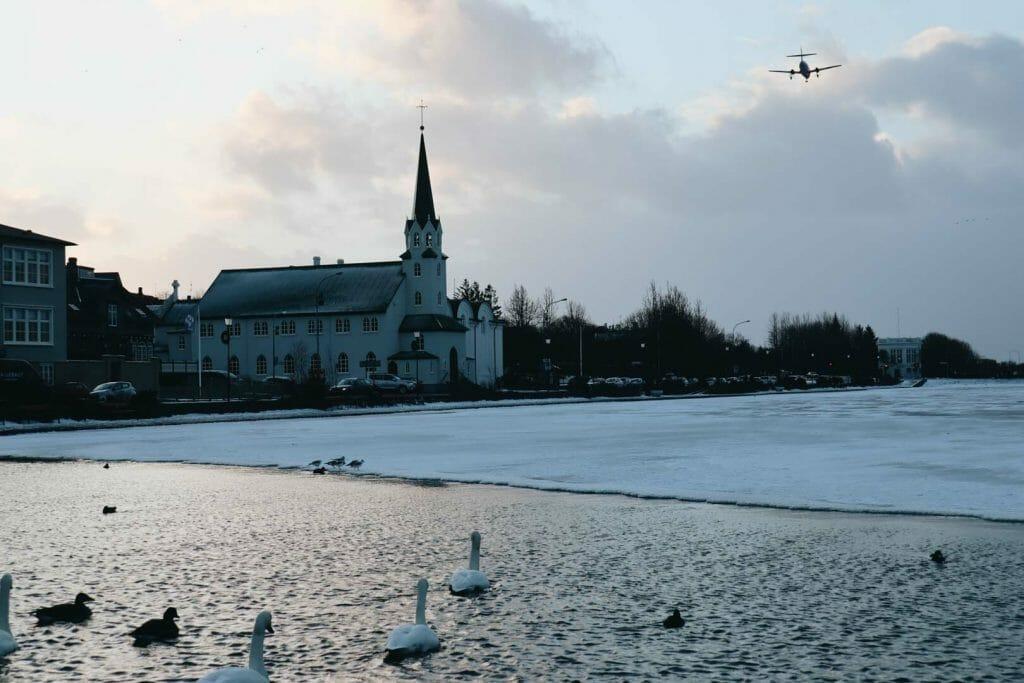 lac Tjörnin reykjavik en hiver
