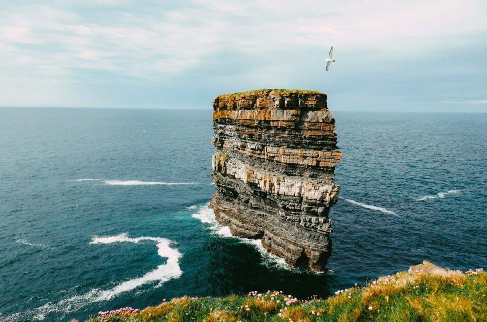 Voir les falaises de DownPatrick Head dans le Comté de Mayo en Irlande